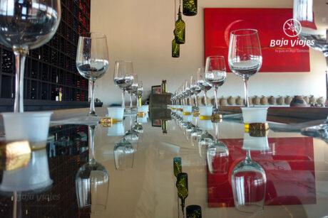 Copas listas para la degustación de vinos en Cava Entre Santos, Bodegas de Santo Tomás, durante el Tour al Valle de Guadalupe