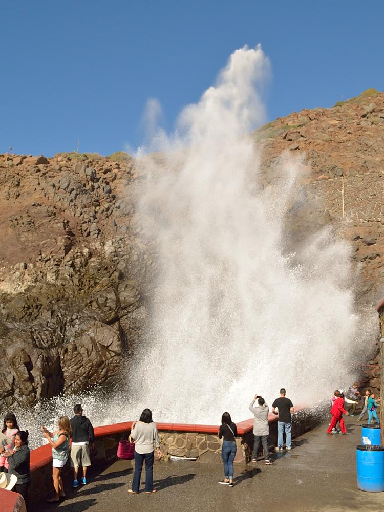 Enorme chorro de agua en La Bufadora en Ensenada
